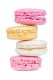 甜五颜六色的蛋白杏仁饼干之字形行在白色背景的 免版税库存图片