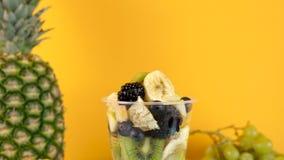 甜健康和可口点心由水果沙拉制成 股票视频