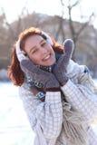 甜冬天女孩在公园 库存图片