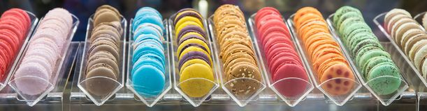 甜和五颜六色的法国蛋白杏仁饼干连续 免版税库存图片