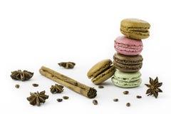 甜和五颜六色的法国蛋白杏仁饼干,肉桂条,茴香 免版税库存图片
