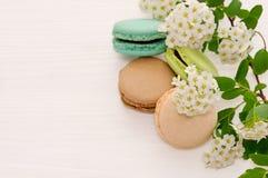 甜和五颜六色的法国蛋白杏仁饼干 免版税库存照片
