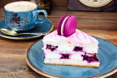 甜和五颜六色的蛋糕用与杯的法国蛋白杏仁饼干Cofee 免版税库存照片