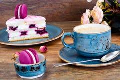 甜和五颜六色的蛋糕用与杯的法国蛋白杏仁饼干Cofee 免版税库存图片