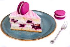 甜和五颜六色的蛋糕用法国蛋白杏仁饼干 免版税库存图片