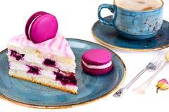 甜和五颜六色的蛋糕用法国蛋白杏仁饼干 库存照片