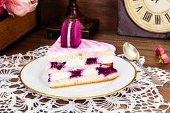 甜和五颜六色的蛋糕用法国蛋白杏仁饼干 免版税库存照片