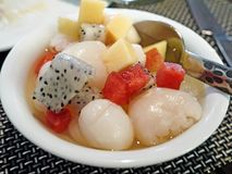 甜和冷的水果沙拉 免版税库存照片