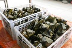 甜和美味金字塔塑造了快餐,出售的Khanom天狮在Bangrak,曼谷,泰国 库存图片