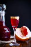 甜在蒸馏瓶的葡萄柚酒精甘露酒有玻璃的 库存图片