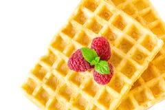 甜多士奶蛋烘饼用早餐用莓和与被隔绝的薄荷叶宏观特写镜头小树枝  库存图片