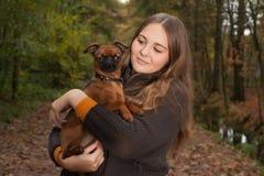 甜女孩和她的小狗 库存图片