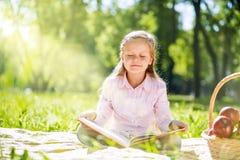 甜女孩在公园 免版税库存图片