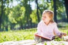 甜女孩在公园 库存照片