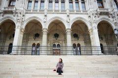甜女孩坐步在议会,布达佩斯宫殿  库存照片