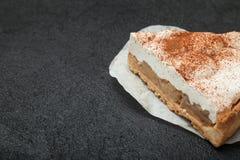 甜奶油馅饼用在一块白色餐巾的桂香 免版税图库摄影