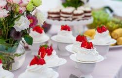 甜婚宴喜饼用在上面和果子的草莓在背景中 库存照片
