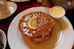 甜小圆面包和茶在桌上 库存照片