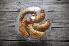 甜小圆面包用果子填装了在玻璃圆顶,面包店下 库存照片