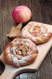 甜小圆面包用苹果 免版税库存图片
