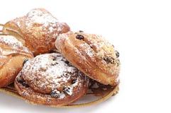 甜小圆面包用葡萄干和苹果 免版税库存图片