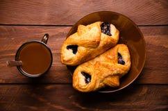 甜小圆面包用蓝莓在木板阻塞 热巧克力用开胃小圆面包 免版税库存照片