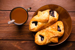 甜小圆面包用蓝莓在木板阻塞 热巧克力用开胃小圆面包 库存照片