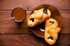 甜小圆面包用蓝莓在木板阻塞 热巧克力用开胃小圆面包 免版税库存图片