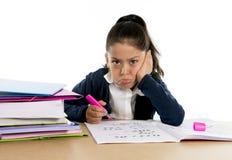 甜小女孩不耐烦在重音下生气和喜怒无常与一个疲乏的面孔表示 库存照片
