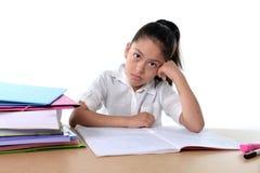 甜小女孩乏味在与一个疲乏的面孔表示的重音下 免版税库存照片
