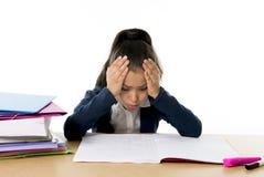 甜小女孩乏味在与一个疲乏的面孔表示的重音下 免版税库存图片