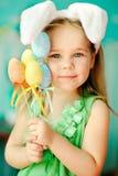 甜小女孩在复活节兔子耳朵穿戴了 库存照片