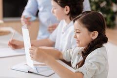 甜小女孩实践的阅读技巧 免版税库存图片