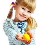 甜小女孩用黄色复活节彩蛋 免版税库存照片