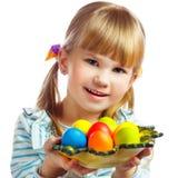 甜小女孩用黄色复活节彩蛋 库存图片