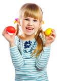 甜小女孩用黄色复活节彩蛋 库存照片
