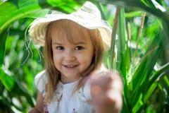 甜小女孩画象在一个绿色草甸 免版税库存图片