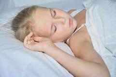 甜小孩小女孩睡觉 免版税库存照片