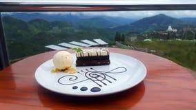 甜小山黑暗的白色巧克力蛋糕 免版税图库摄影
