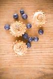 甜小的松饼和蓝色莓果 免版税库存照片