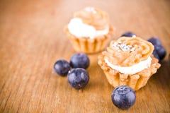 甜小的松饼和蓝色莓果 图库摄影