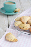 甜小的饼和咖啡用在破旧的木t的牛奶 免版税库存照片