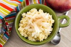 甜小米粥用苹果和桂香 免版税库存图片