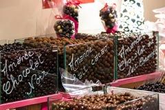 甜巧克力下落在糖果界面 免版税库存图片