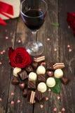 甜巧克力果仁糖、英国兰开斯特家族族徽和酒 免版税库存图片