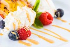 甜开胃点心用冰淇凌、杏子、莓果和mi 免版税库存图片