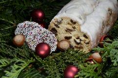 甜德国面包用葡萄干和糖粉和圣诞节装饰 免版税库存图片