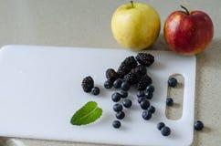 甜整个苹果、蓝莓、黑莓和薄荷叶,新夏天结果实 库存照片