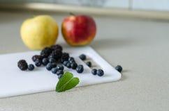 甜整个苹果、蓝莓、黑莓和薄荷叶 库存照片
