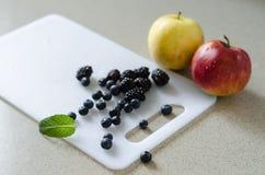 甜整个苹果、蓝莓、黑莓和薄荷叶 图库摄影